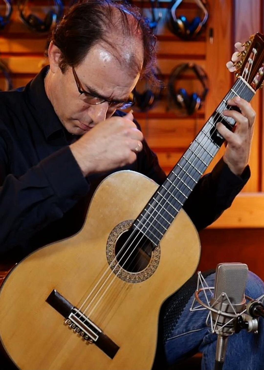 עודד שוב על גיטרה קלאסית באולפן