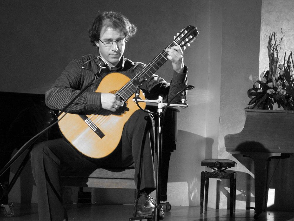 עודד שוב מנגן על גיטרה קלאסית בקונצרט
